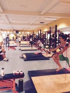 Samen met fysiotherapeut en Redcord Neurac therapeut Aernout Lubbers, trainer en coach Dennis van der Gun en de Afterpay dames bezig met ' het schaven aan' en trainen van de optimale uitvoering van de schaatsbeweging.